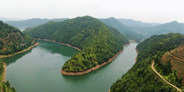 上犹江水电厂,赣南树木园,陡水湖漂流乐园,风月岛,民俗风情苑,跃进门