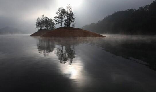 """崇义县旅游资源得天独厚,集山、水、洞、田、湖、温泉于一体,被誉为""""江南绿色宝库"""",先后被评为中国魅力名县、中国最受游客喜爱的地方。境内万山林密、气候宜人、层峦叠嶂、竹海齐云、空气清新。阳岭国家4A级旅游景区空气负离子每立方厘米高达19万个单位,是""""中国空气负离子含量最高的旅游风景区"""",;""""梦里水乡""""七里湖80里湖光山色、波光荡漾;赣南第一高峰齐云山云蒸虾蔚、风姿绰约;""""大理岩溶第一洞""""聂都溶洞群尽显鬼斧神工"""